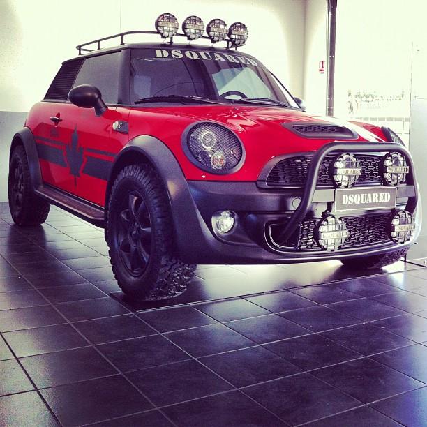La voiture mini rouge 4x4